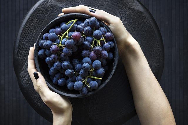 ruce s miskou ovoce