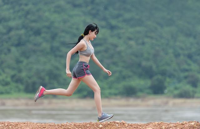 žena při běhu v přírodě