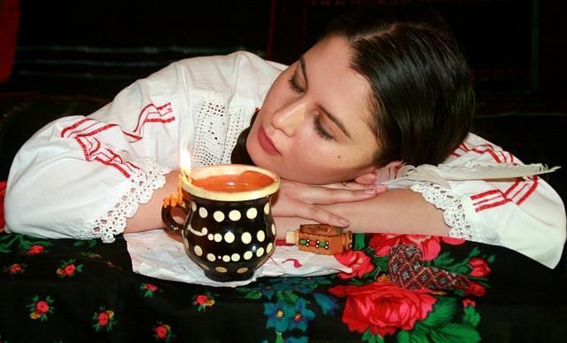 spící dívka u hrníčku