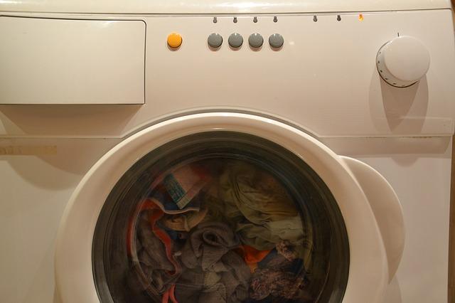 pračka při praní
