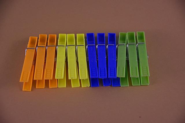 barevné kolíčky na prádlo