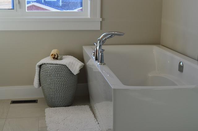 zajímavý prádelní koš u vany