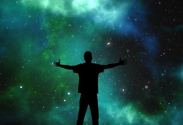 silueta u hvězdné oblohy