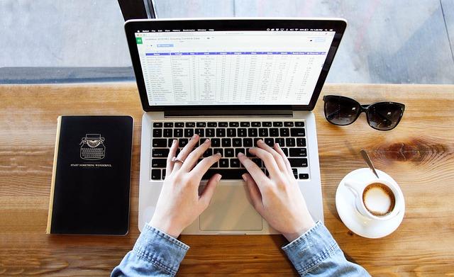 učení přes internet s kávou