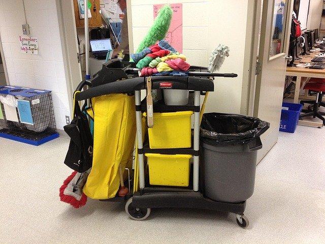 úklidový vozík s náčiním