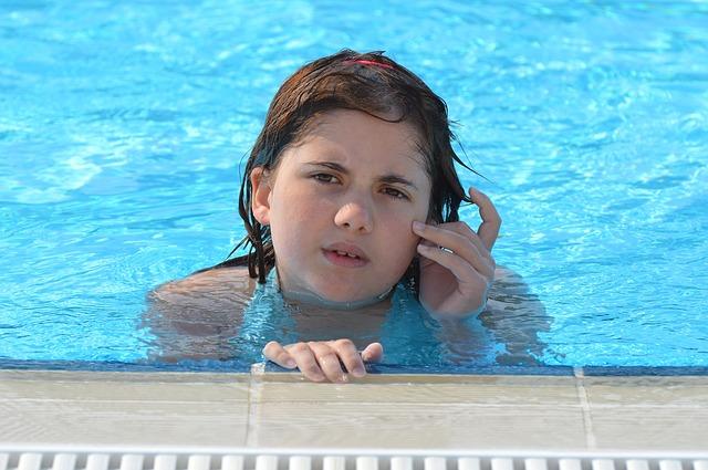 děvče v bazéně