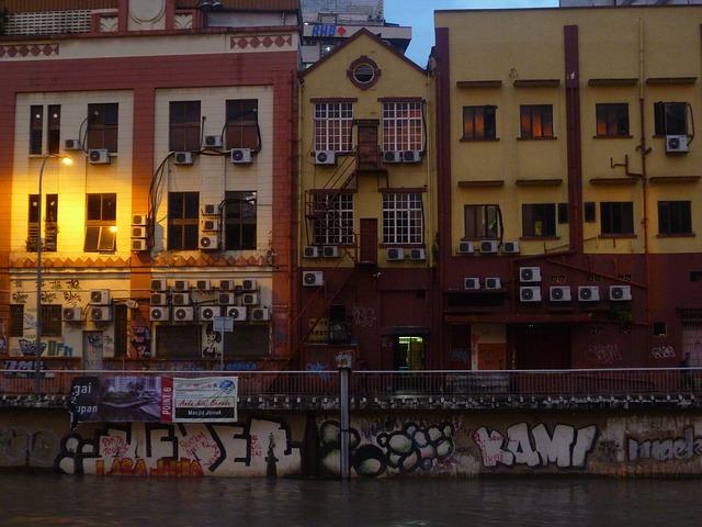 domy, řeka, grafiti, klimatizace