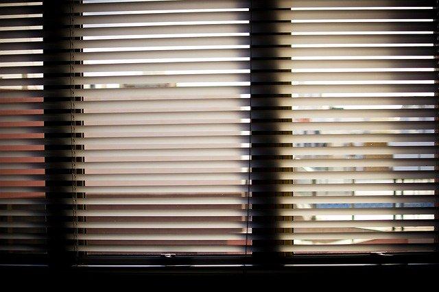 žaluzie v oknech