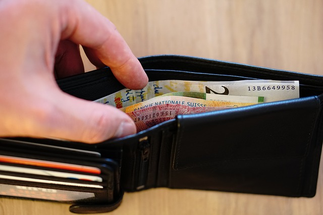 ruka na peněžence.jpg