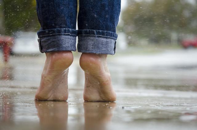 nohy v dešti