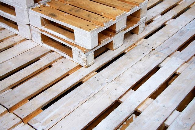 dřevěné palety na sobě