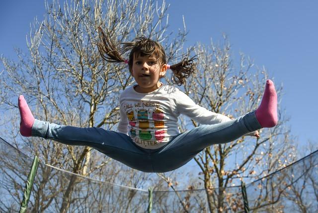 holčička skáče na trampolíně