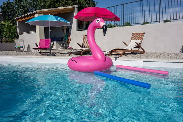 zahradní bazén je místem dětských radovánek