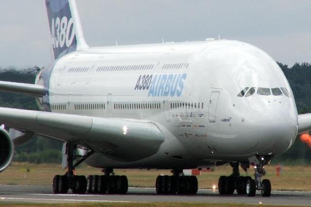 Rolující Airbus A380 po runwayi