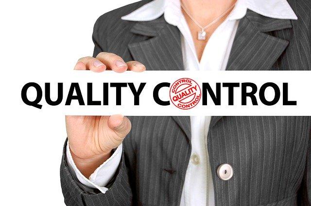 """žena držící bílý nápis """"kvalitní kontrola"""""""