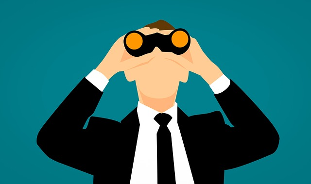 muž dívající se do dalekohledu na modrém pozadí