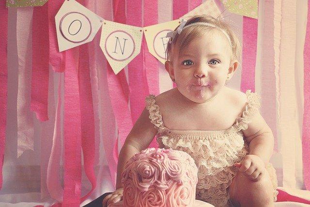 holčička slavící první narozeniny