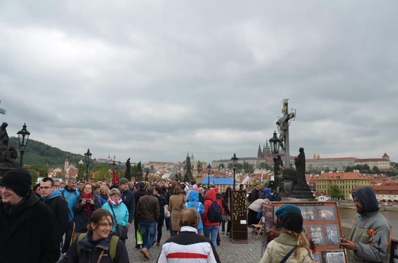 lidé v Praze na Karlově mostě