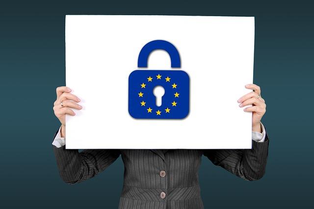 žena co drží zámek se znakem EU