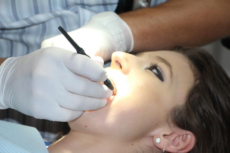 zubní lékař dělá prohlídku zubů