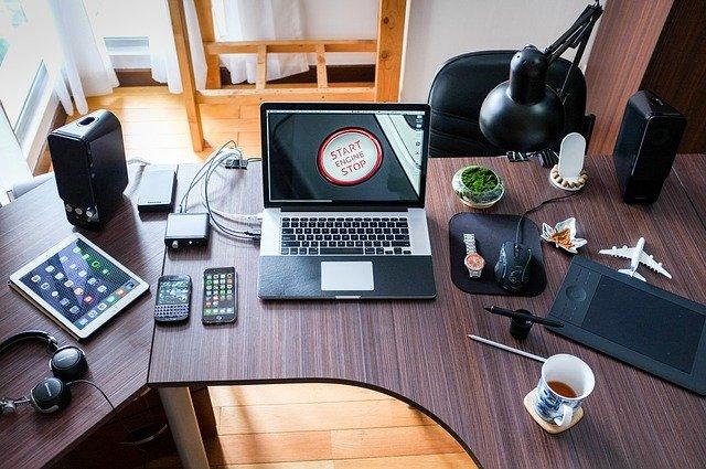stůl v kanceláři.jpg