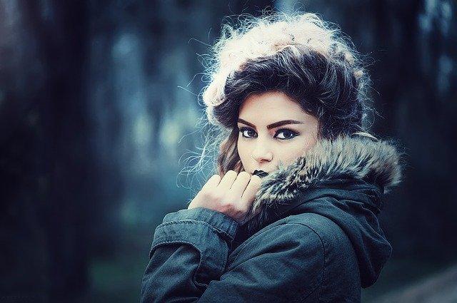 žena s make-upem