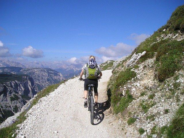 žena v horském terénu