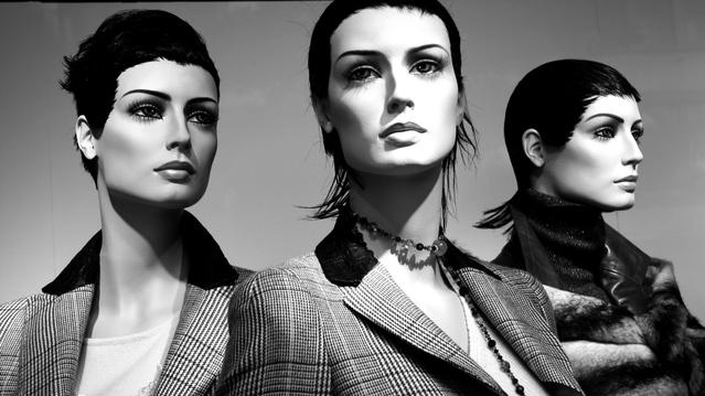 černobílá fotografie, tři ženy z plastu