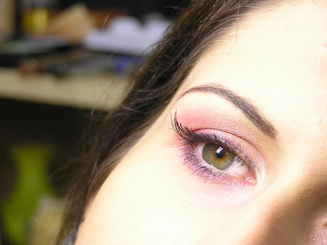 ženské oko nalíčené