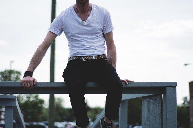 muž v tričku