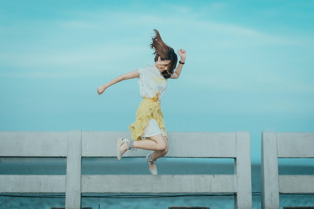 žena, skok přes plot